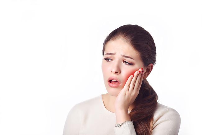 Болит десна возле зуба: почему и что делать