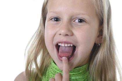 Пятна и налет на языке у ребенка: причины, лечение