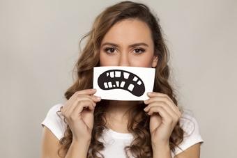 Почему шатаются здоровые зубы?